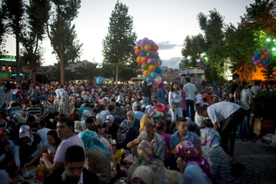Ramadan in Eyüp, photo by Monique Jaques