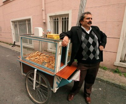 A vendor from the film Ben Geldim Gidiyorum